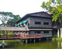 Das Restaurant durch den Fluss Lizenzfreies Stockbild
