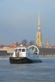 Das Rettungsboot von Emercom von Russland-` Hivus-20 ` vor dem hintergrund Peter und Paul Cathedrals auf Eis des gefrorenen Neva Stockfoto