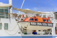 Das Rettungsboot wird auf einem Kreuzschiff verschoben Stockfotografie