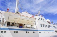 Das Rettungsboot wird auf einem Kreuzschiff verschoben Stockbild