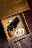 Das 38 Revolver-Gewehr-Pistolenhalfter-Schreibtischschublade-Schlüssel fesselt Begrenzungen mit Handschellen Stockfotografie
