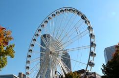 Das Riesenrad Atlantas Skyview mit Atlanta-Skylinen stockfoto