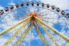 Das Riesenrad auf dem Hintergrund Stockfoto