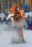 Das Ritual von brennenden Bildnissen des Geists des Winterkarnevals am nationalen gesetzlichen Feiertag Lizenzfreie Stockbilder