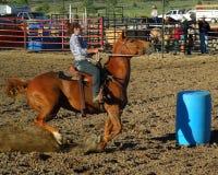 Das Rodeo-Fass-Laufen der Frauen lizenzfreie stockfotos
