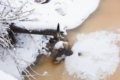 Das Rohr lässt die Flüssigkeit in den Fluss im Winter ab Lizenzfreie Stockbilder