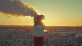 Das Rohr mit Verschmutzungsrauchansätze an die Kamera mit Effekt des Transportwagenlauten summens stock footage