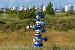 Das Rohr und das Ventil von Ölfeldern Ausrüstung für Öl- und Gasentwicklung Lizenzfreie Stockfotografie