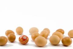 Das rote Ei und die natürlichen Eier lizenzfreies stockfoto