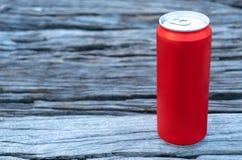 Das Rote eingemacht auf die Tabelle hölzern lizenzfreie stockfotografie