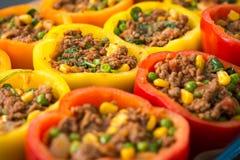 Das rote, orange und gelbe Pfeffererhalten bereitete sich für das Kochen vor Stockfoto