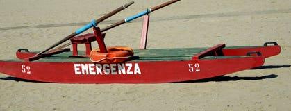 Das rote Rettungsboot an der Küste Stockbild
