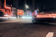 Das rote Tanzen HAMBURG-Straßennachtzeitbelichtung Europa-Partei, das berühmten Abschluss herauf Architekturgesellschaftsautos tr lizenzfreie stockbilder