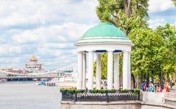 Das Rundbau auf Pushkinskaya-Damm in Gorky-Park Im Hintergrund eine Ansicht der Krimbrücke vorbei Stockbilder