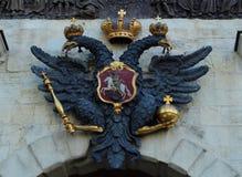Das russische Wappen des zwei-köpfigen Adlers hergestellt vom Stein Stockbild