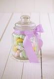 Das Süßigkeitsglas, das mit Zucker gefüllt wurde, bedeckte Mandeln Stockbild