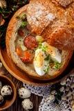 """Das saure Suppe Å"""" machte urek vom Roggenmehl mit geräucherter Wurst und Eier dienten in der Brotschüssel lizenzfreie stockfotografie"""