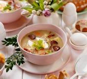 """Das saure Suppe Å"""" urek, polnische Ostern-Suppe mit dem Zusatz der geräucherten Wurst und ein hart gesotten Ei in einer keramisch stockbild"""