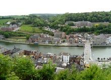 Das Saxbridge und das schöne townscape, wie von der Zitadelle von Dinant, Belgien gesehen lizenzfreies stockbild