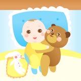 Das Schätzchen, das Teddybären umarmt, betreffen das Bett Stockbilder