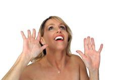 Das schöne blonde Lachen mit den Händen hob (2) an Stockfotos