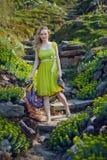 Das schöne blonde Mädchen, das unter dem Frühling liegt, blüht Stockfotos