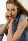 Das schöne blonde Mädchen in einer blauen Klage Stockfotos