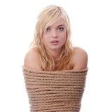 Das schöne blonde Mädchen gebunden mit Seil lizenzfreies stockbild