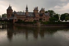 Das schöne De Haar Castle reflektierte sich im umgebenden Burggraben Lizenzfreies Stockbild