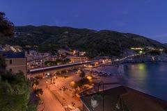 Das schöne Dorf Cinque Terres, Monterosso-Alstute, in der blauen Stunde, La Spezia, Ligurien, Italien lizenzfreies stockbild
