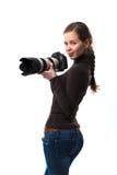 Das schöne Fotografmädchen mit Berufs-dslr Kamera, die auf einem weißen Hintergrund im Studio aufwirft Fotolernen Stockfotos