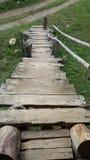Das schöne hölzerne Treppenhaus auf dem Reisgebiet Lizenzfreie Stockfotos