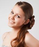 Das schöne junge Mädchen, das im Studio aufwirft Stockfoto