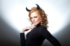 Das schöne junge Mädchen ein Teufel Stockfoto