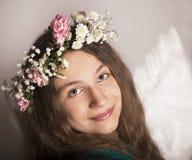 Das schöne junge Mädchen mit Blume Stockfotografie