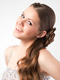 Das schöne junge Mädchen mit einem langen angemessenen Haar, das im Studio aufwirft Stockfotografie