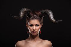 Das schöne junge Mädchen mit Hörnern mögen Teufel oder Engel Stockfotos