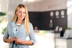 Das schöne lächelnde Geschäftsfrauporträt Lächelnde weibliche Empfangsdame Lizenzfreies Stockbild