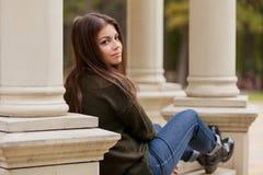 Das schöne Mädchen auf einem Laubenhandlauf Lizenzfreies Stockfoto