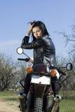 Das schöne Mädchen auf einem Motorrad Stockfotos