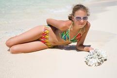Das schöne Mädchen in dem Meer Lizenzfreies Stockfoto