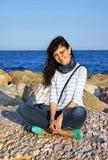 Das schöne Mädchen an den Feiertagen auf Meer Stockfoto