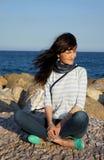 Das schöne Mädchen an den Feiertagen auf Meer Lizenzfreies Stockfoto