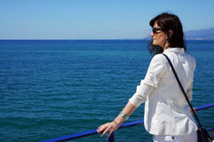Das schöne Mädchen an den Feiertagen auf Meer Stockbilder