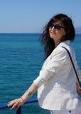 Das schöne Mädchen an den Feiertagen auf Meer Lizenzfreie Stockbilder