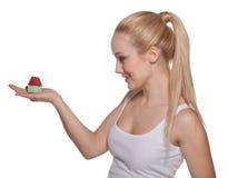 Das schöne Mädchen die Blondine mit Hausmodell auf einer Palme Stockfoto