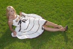 Das schöne Mädchen in einem hellen Kleid. Stockbild