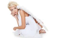 Das schöne Mädchen in einer Klage eines weißen Engels Stockfotografie