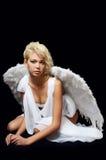 Das schöne Mädchen in einer Klage eines weißen Engels Lizenzfreie Stockfotografie