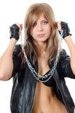 Das schöne Mädchen in einer Lederjacke mit einer Kette Lizenzfreies Stockfoto